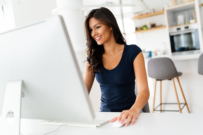 attractive business woman working on computer busi 4T8PLBX